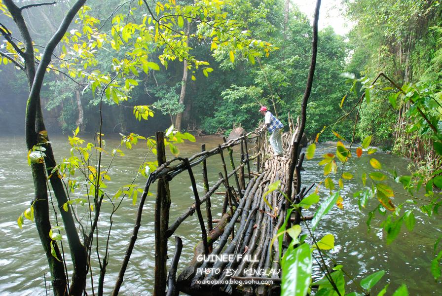 至少,得趟过一些小树枝和石头,才能来到这座树枝桥上…&hellip
