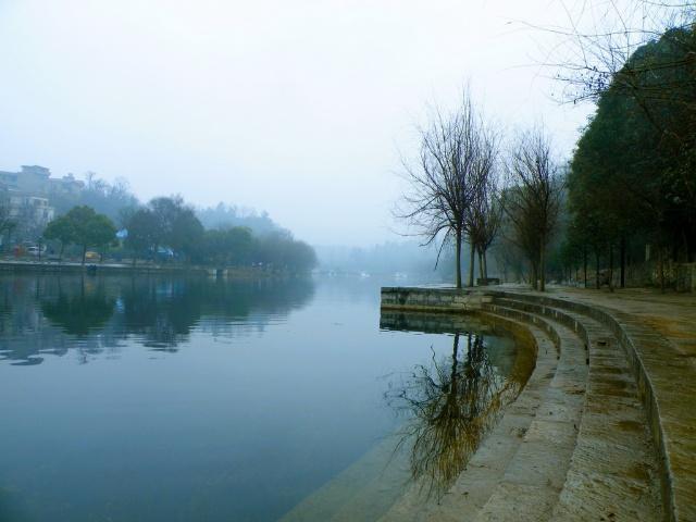 烟雨中的花溪河