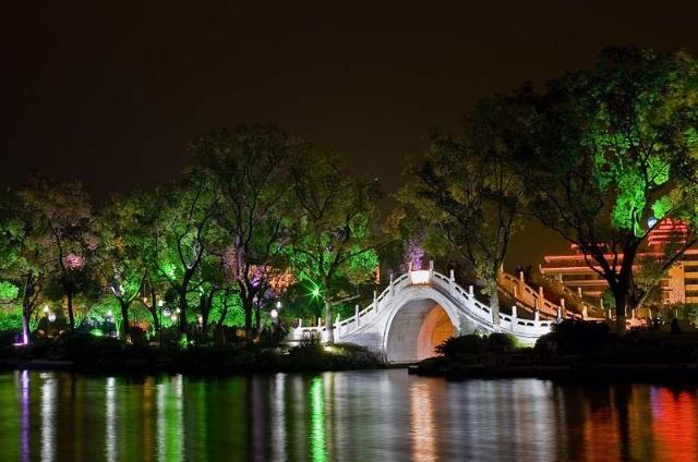 音乐喷泉位于榕湖春岛,秋岛和湖心岛之间,由主喷和四组水型构成