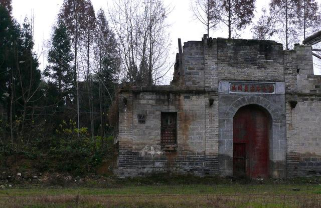 古坝征地-西洋风格的教堂修道院废墟.   我回过身来看着教堂外面的坝子,那里