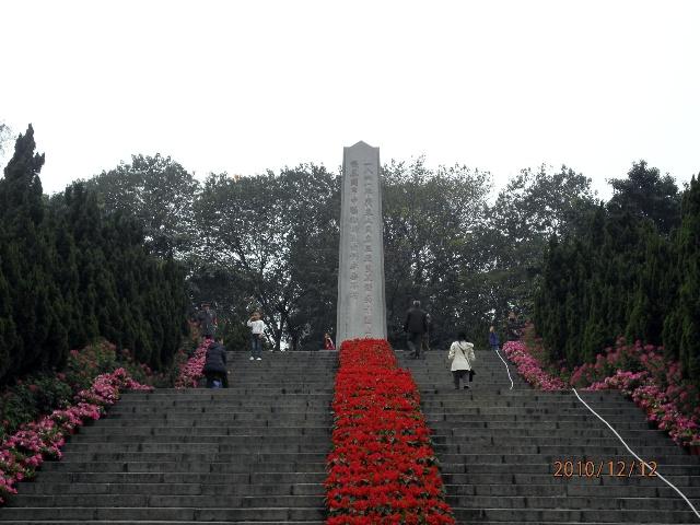 """...斗争牺牲的烈士们永垂不朽!\""""纪念碑现为广东省文物保护单位..."""