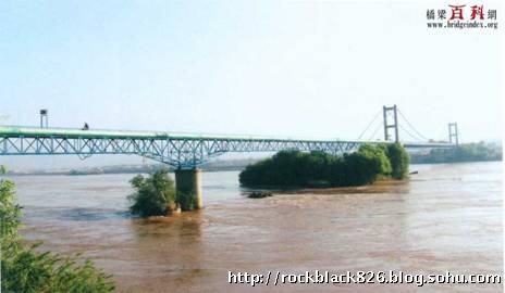 上部结构为钢桁架梁,下部构为钢筋混凝土柱式桥墩.