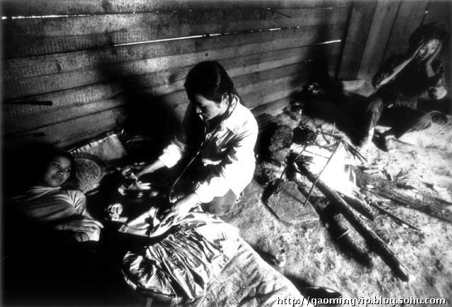 云南/一位住在高山上的傈僳族妇女在家生下孩子,赵医生闻讯上门给...