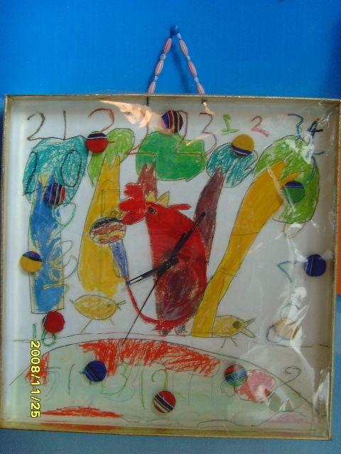 材料:月饼盒盖,废旧瓶盖,围巾,塑料包装袋,钟心,练习穿绳的串珠  步骤