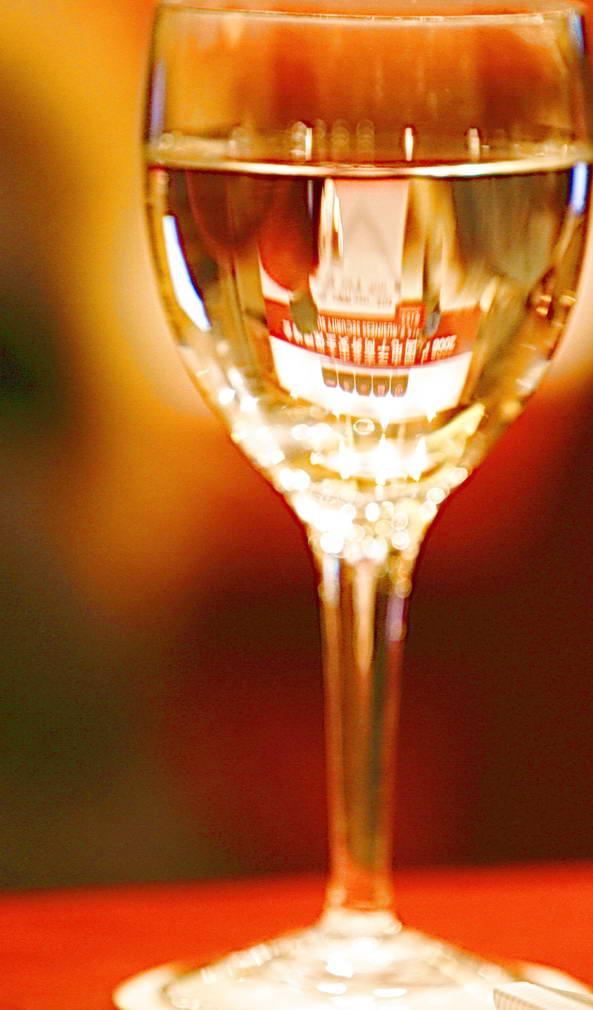 红方+切片柠檬+方糖(砂糖亦可),是最正宗、最传统的喝法。正宗的红方威士忌味道有些酸涩,加入糖可以中和其中的酸味,柠檬则会给酒带来清新的香味 红方+可乐或雪碧或新奇士等气泡饮料成为一种经久不衰的时尚。这些甜味的饮料,除了可以中和酸味,在视感上也能给人带来愉悦。加入饮料,起到冲淡酒味改变口感的效果,特别适合女士需要。