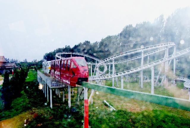 乘高架观览小火车在山庄里转了一圈