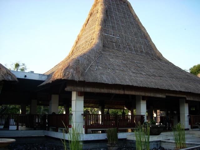 巴厘岛印度教神庙中的木刻雕像 巴厘岛因历史上受印度文化宗教的影响