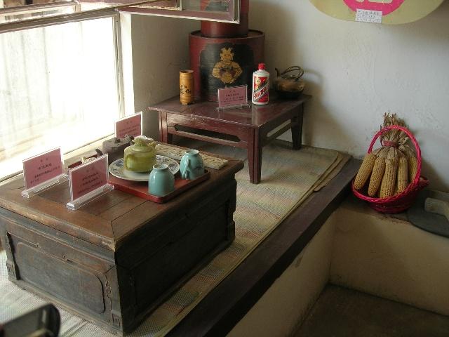 (照片说明:室内火炕为u形,西炕实为烟道,不能坐.