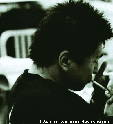 低头点烟:即可以说是做人恣态;可以说是个人习惯.图片