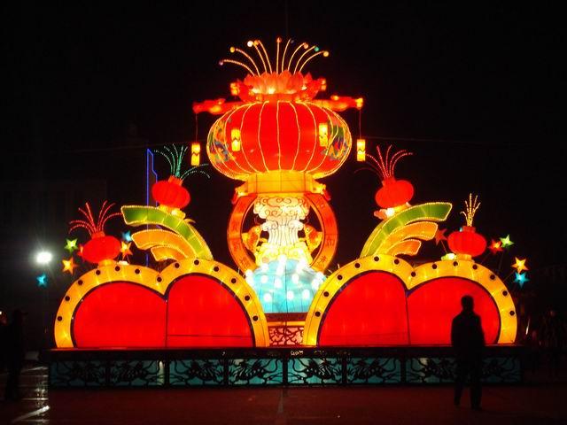 使市民们在欣赏花灯欢庆元宵的同时