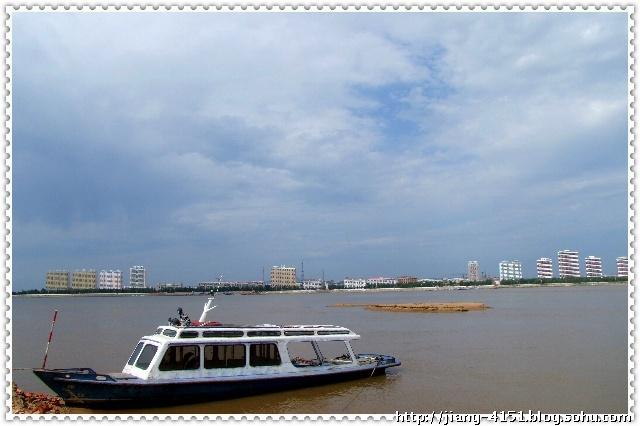 这是从松花江南岸方正县一侧拍的通河县松花江岸边景色.