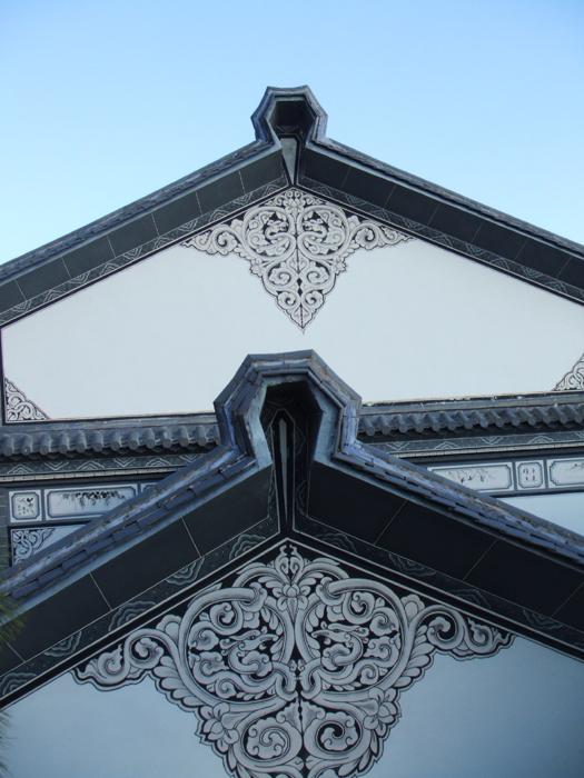云南白族的民族建筑,粉皮墙上都要画上这样图案