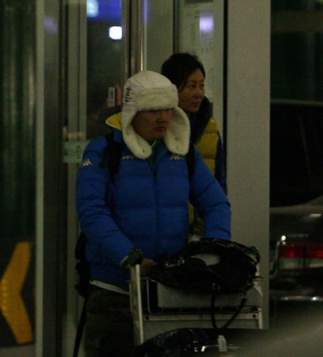 孙楠潮人打扮和素颜潘蔚机场狂秀恩爱