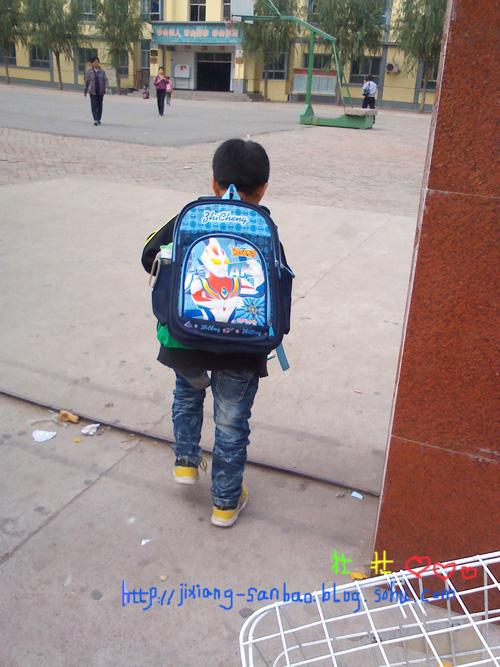 幼儿园背书包上学