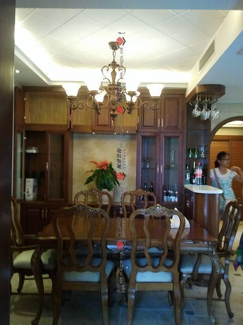 餐厅的欧式风格更加浓郁.酒柜和吧台整体的搭配很奢华.原