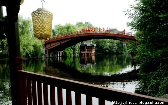 翠枝如黛,江南园林建筑风格,构思精巧,画栋雕梁,五彩缤纷,重檐飞戗,美