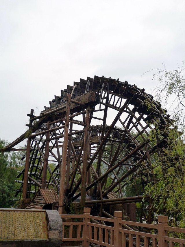 水车是一种利用黄河水流自然的冲击力的水利设施,水车轮幅直径达16.