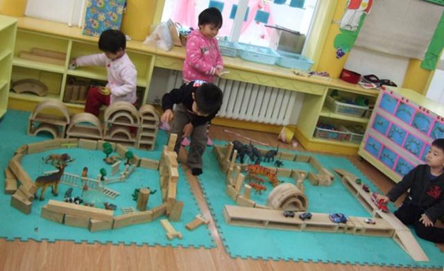 吴率纶,吕玖玥,陈以青和马浚铭一起在建筑区搭建动物园,看孩子们的