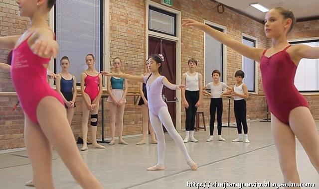 成都芭蕾女孩 从路灯下舞上国际舞台图片