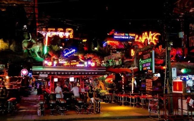 【组图】泰国:风情酒吧街上的站街女