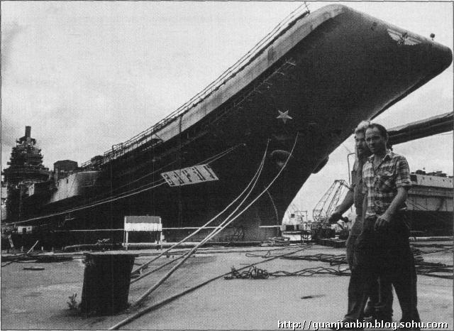"""由6艘拖船拖曳的""""瓦良格""""号航母在爱琴海斯基罗斯岛附近"""