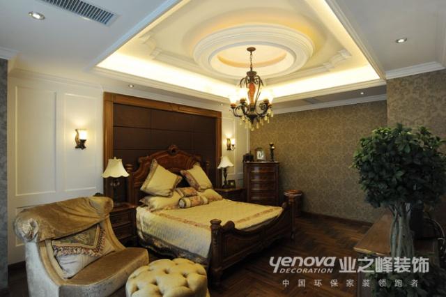 客厅内,刻意以罗马柱,灯光营造层次效果,刻意做出的木制坡屋顶彰显