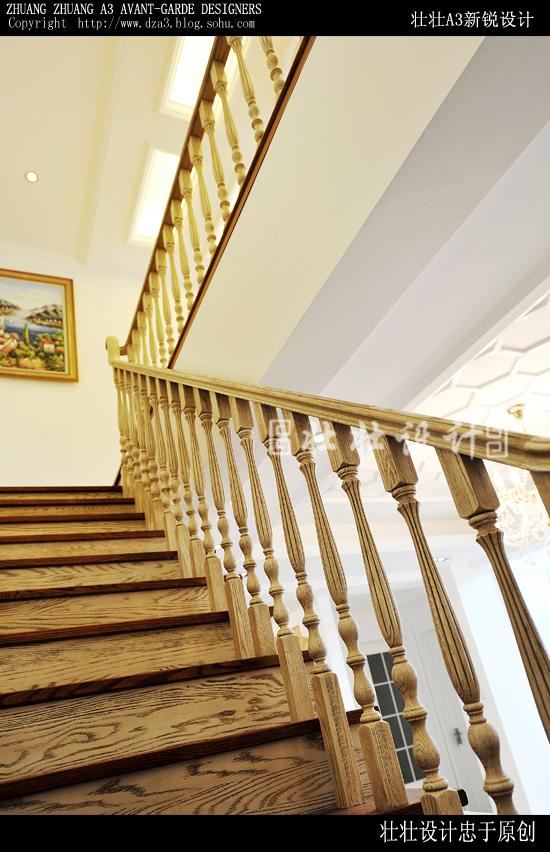 半封闭式的实木楼梯,向人们展示了一个充满欧式浪漫