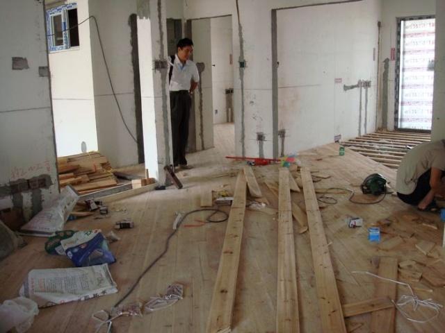6月下旬木工进场。整个工地与上一阶段瓦工相比显得干净多了。由于大部分木作采用外购集成化生产的产品,因此,我们家可做的木工活并不多:铺地板龙骨与杉木层铺设,几处吊顶和电视背景墙的木作基础。木工师傅仅仅用了20多天就完成任务了。 油漆工7月18日进场。补缺补漏的工作量很大。居然有好些地方原来的梁和墙面都没有达到平整度要求,更有甚者入户的大门两边墙是一边宽一边窄相差了3厘米。我想这么个知名品牌的开发商都能交出这么粗糙的产品,更何况其他的呢!这许多瑕疵只能由油漆工用抗裂腻子来修饰弥补了。一遍又一遍的批灰、腻子打