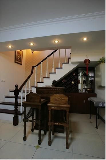 楼梯间独特的酒柜,古典